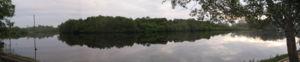 Sungai di Malaysia yang dikelilingi hutan tebal ditebingnya.