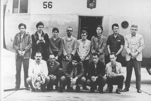 Na célebre foto que mostra os presos políticos trocados pelo embaixador Charles Burke Elbrick em 1969, antes de embarcarem para o exílio, Ricardo Vilas Boas está de pé, no centro, o mais baixo de óculos com armação grossa.