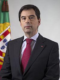 http://upload.wikimedia.org/wikipedia/pt/thumb/7/7b/Retrato_oficial_Vitor_Gaspar.jpg/200px-Retrato_oficial_Vitor_Gaspar.jpg