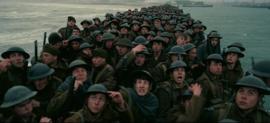 e616014610264 Soldados britânicos se encolhem para se protegerem de um ataque aéreo  alemão.