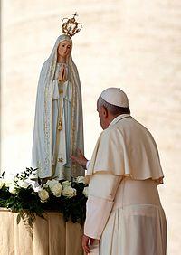 95af19c65 O Papa Francisco toca em uma imagem de Nossa Senhora de Fátima depois de  rezar na sua presença