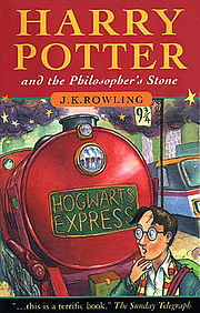 Capa do livro britânico Harry Potter and the Philosopher's Stone. Mostra Harry Potter na plataforma nove e três quartos.