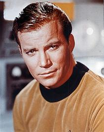 William Shatner em foto promocional comoJames T. Kirk