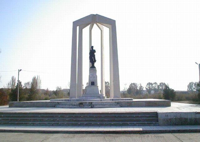 Fişier:Slobozia - Monumentul Eroilor (parcul mare).jpg