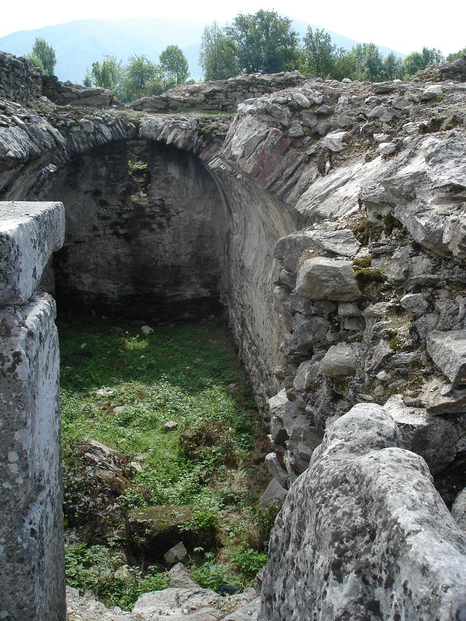 Fişier:Ulpia Traiana Sarmizegetusa, camera de tezaur (Aerarium) - 2007.png