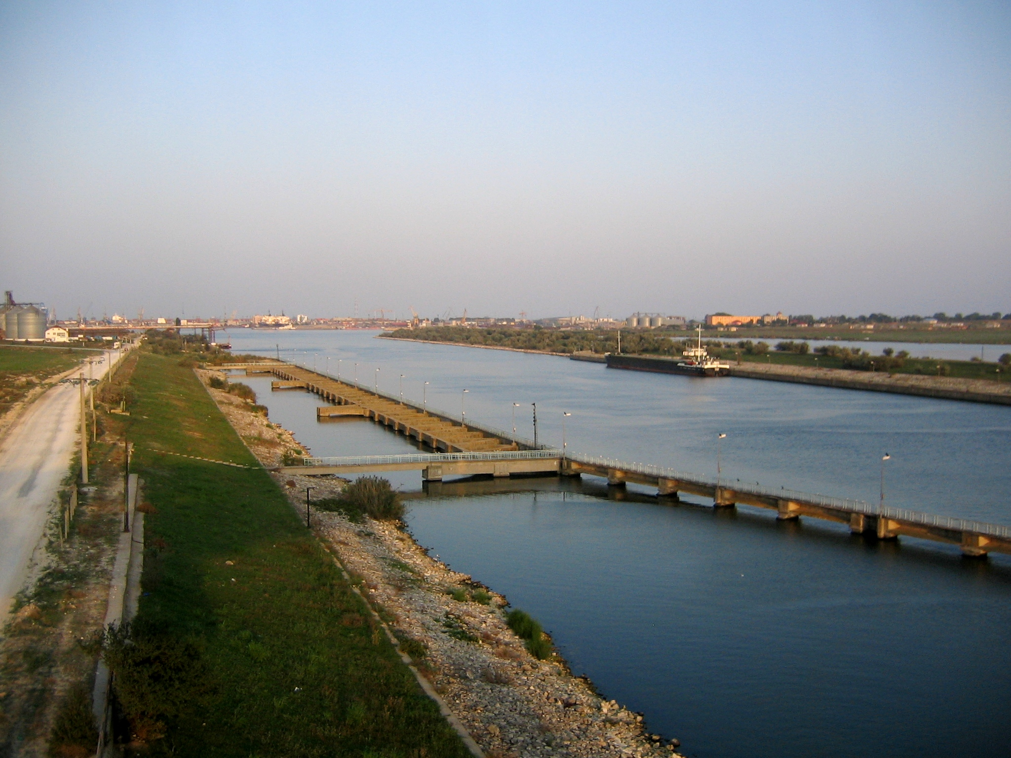 Fişier:Canalul Dunare-Marea Neagra din tren.jpg
