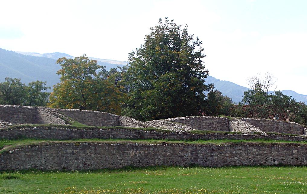 Fişier:Ulpia Traiana Sarmizegetusa, Amfiteatrul - 2007.png
