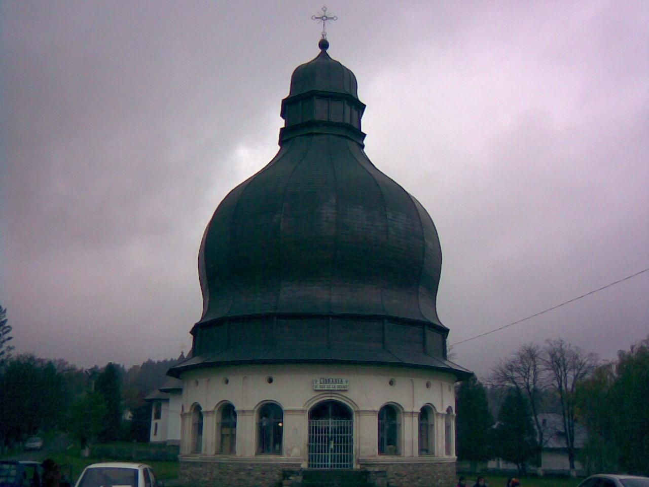 Fişier:Manastirea Neamt-Agheasmatarul.jpg