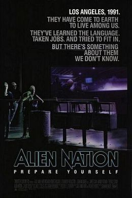 "Un poster negru. Deasupra, cu text aldin scrie: ""Los Angeles, 1991."" ""They have come to earth to live among us."" ""They've learned the language."" ""Taken jobs."" ""And tried to fit in."" ""But there's something about them we don't know."" Below, in large typeface is the line: ""Alien Nation"" and in smaller typeface, the line: ""Prepare Yourself"". În fundal sunt trei extratereștri care stau la un colț de stradă."