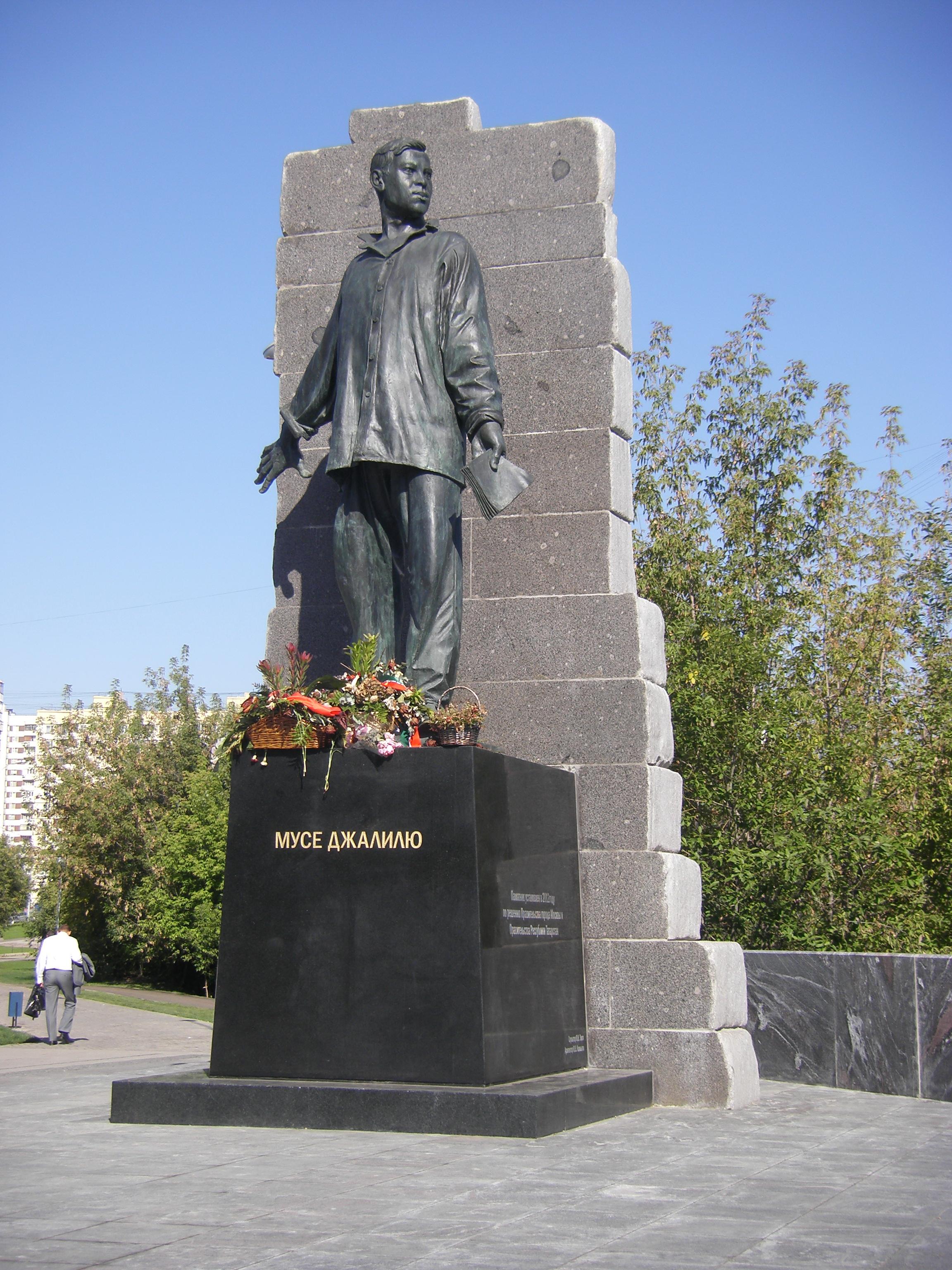 Памятники мусе джалилю в казани 9 мая гранитные памятники гранитные москва 2018