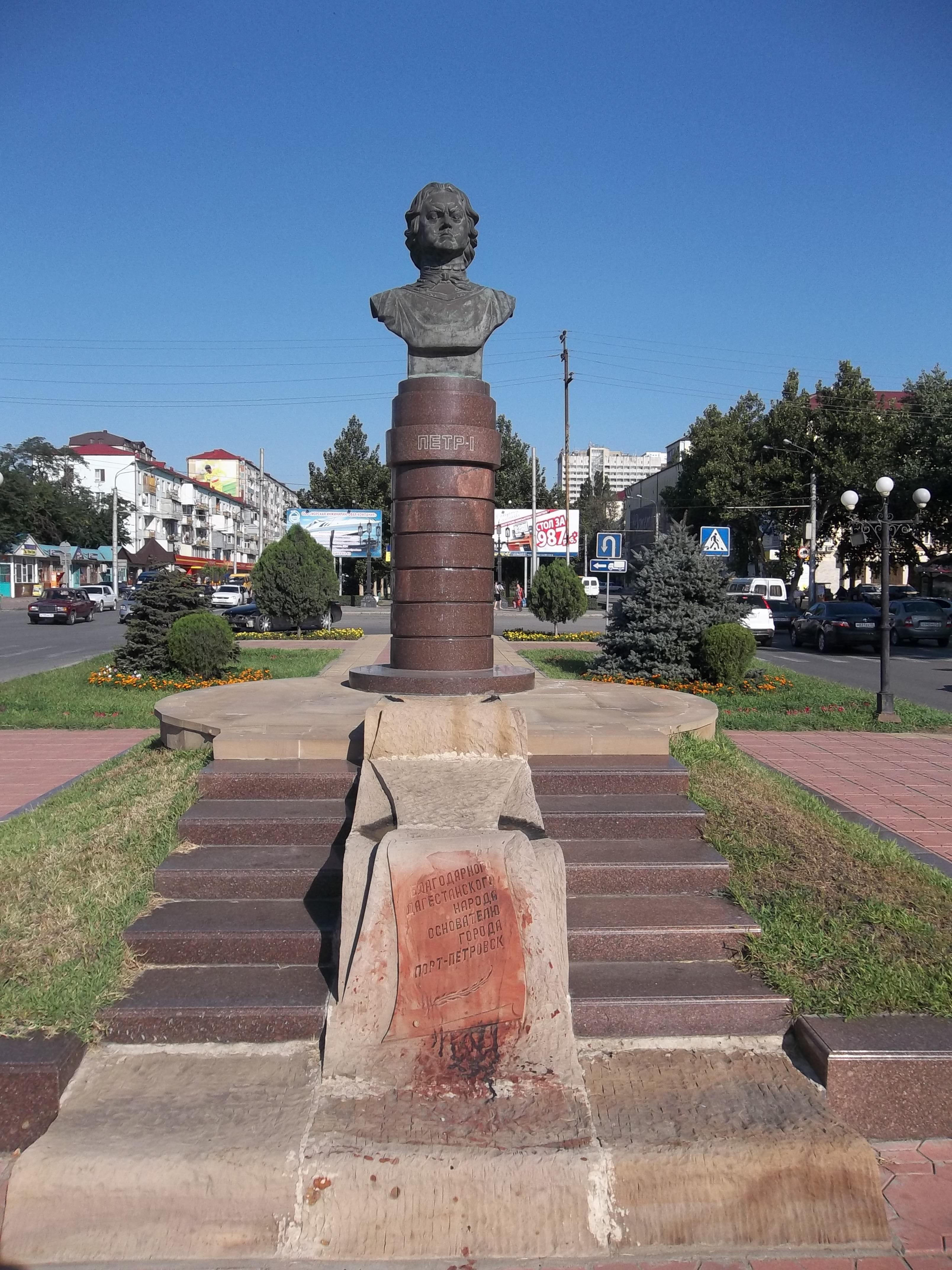 Памятник Роза из двух видов гранита Невьянск Эконом памятник Башня с профильной резкой Оса