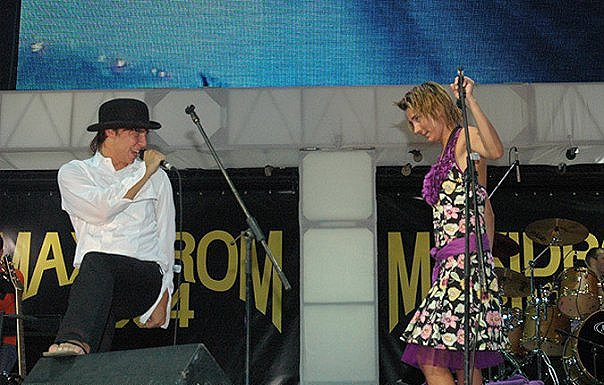 Земфира вместе с Ильей Лагутенко исполняет песню «Медведица» на «Максидроме» в 2004 году