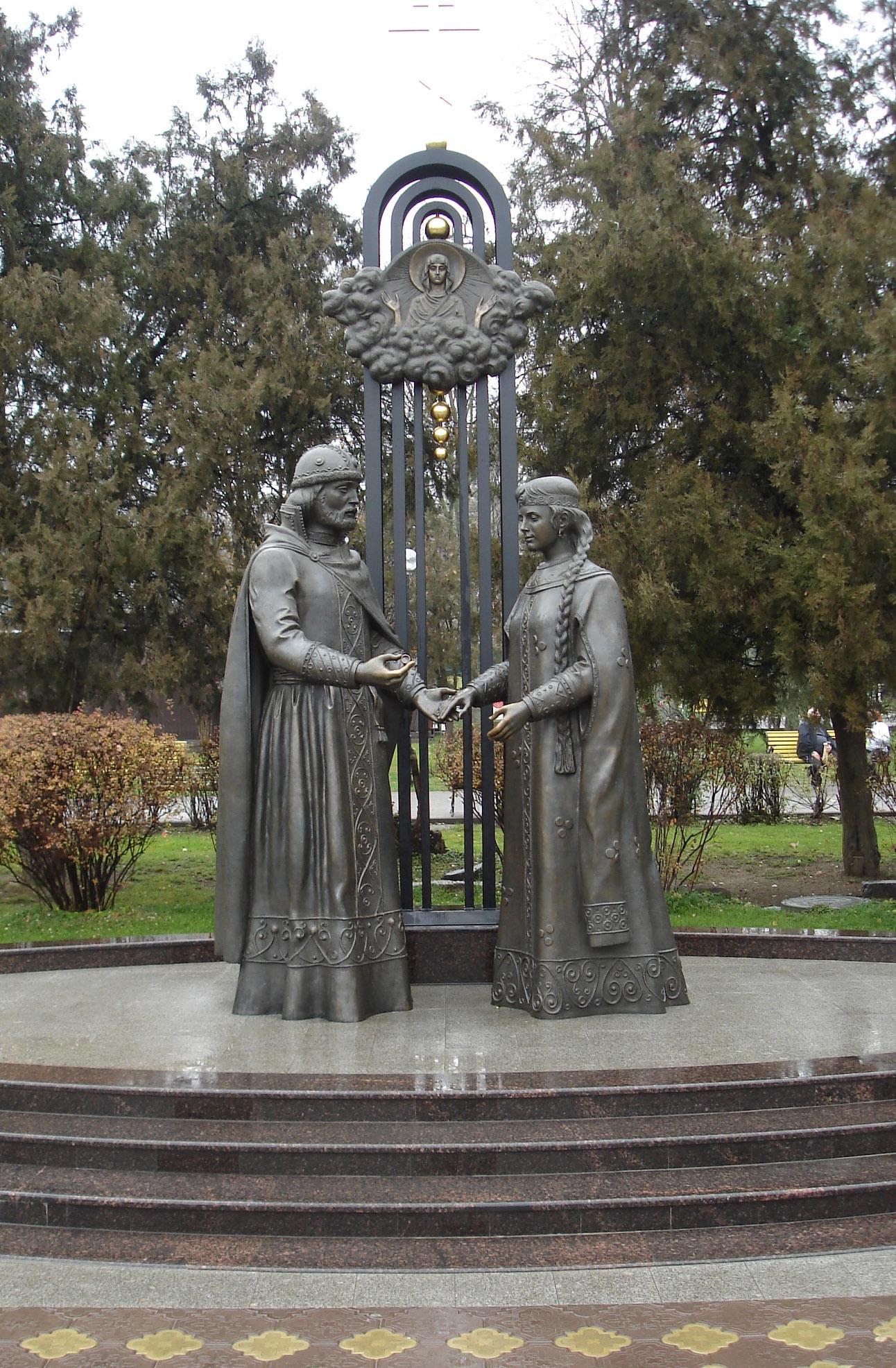 Картинки по запросу Памятник Петру Февронии Муромским в Ростове.