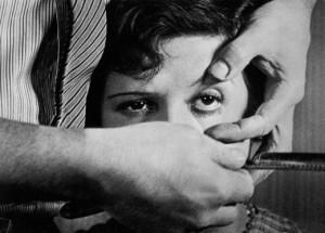 Сцена с разрезанием женского глаза из «Андалузского пса»