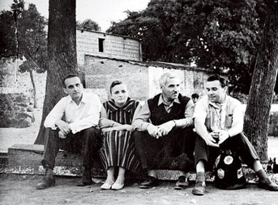 Лариса Жадова и Константин Симонов (в центре)