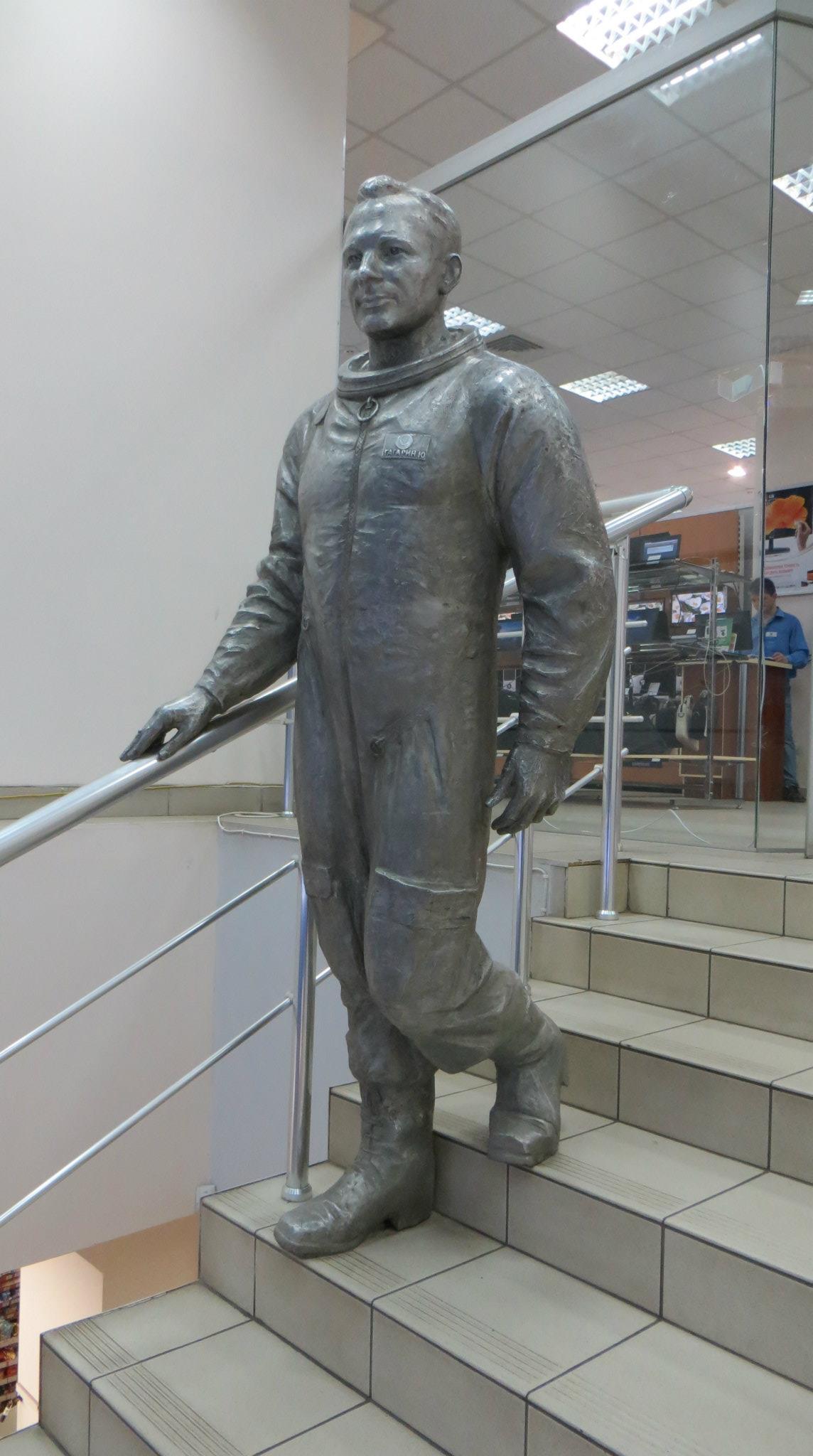 Мемориальный комплекс с барельефом в человеческий рост Суджа Памятник с крестом на просвет Протвино