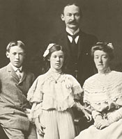 Молодой Миллер с родителями и сестрой