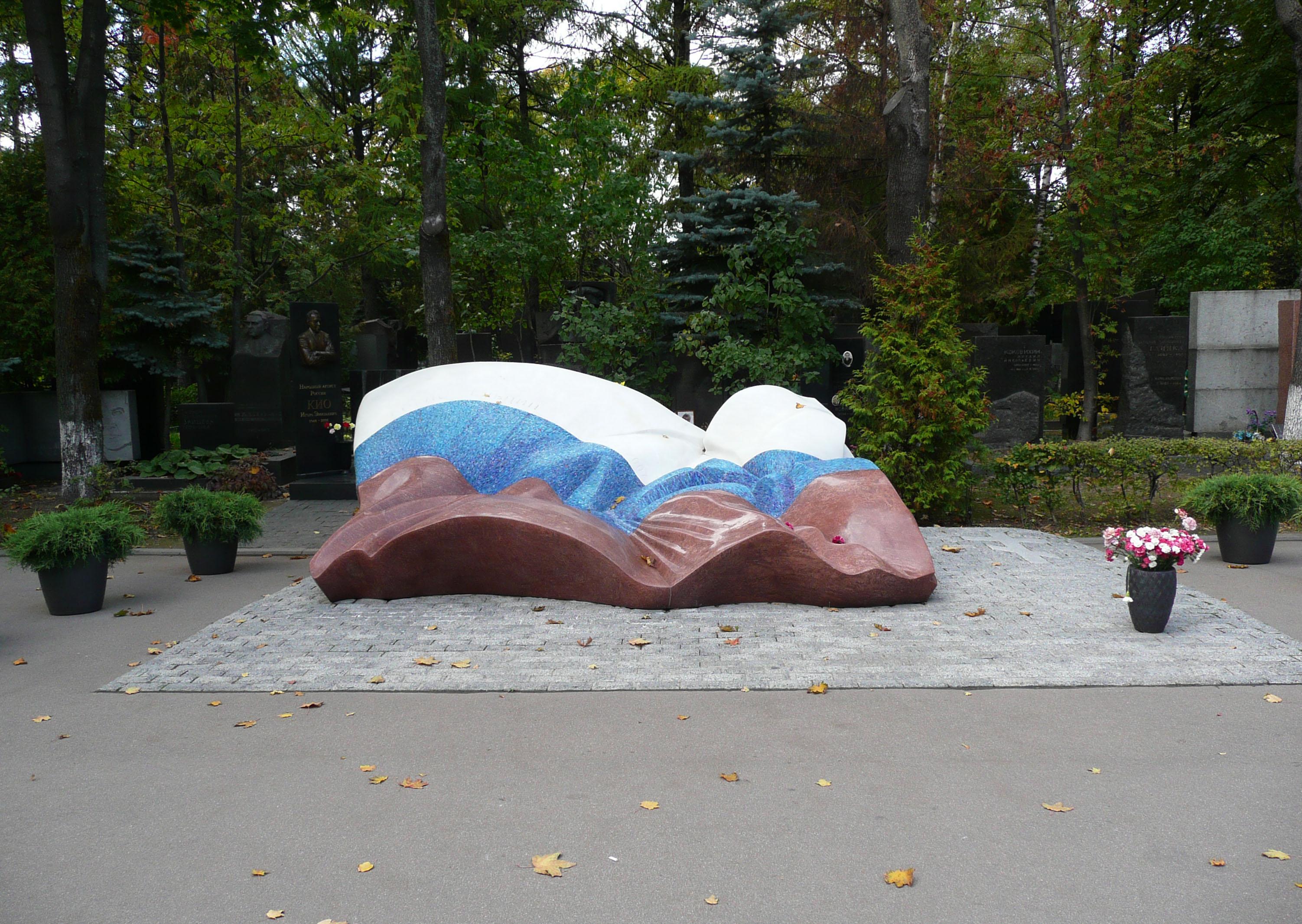 Что символизирует надгробие на могиле ельцина Мемориальный комплекс с барельефом в человеческий рост Бокситогорск