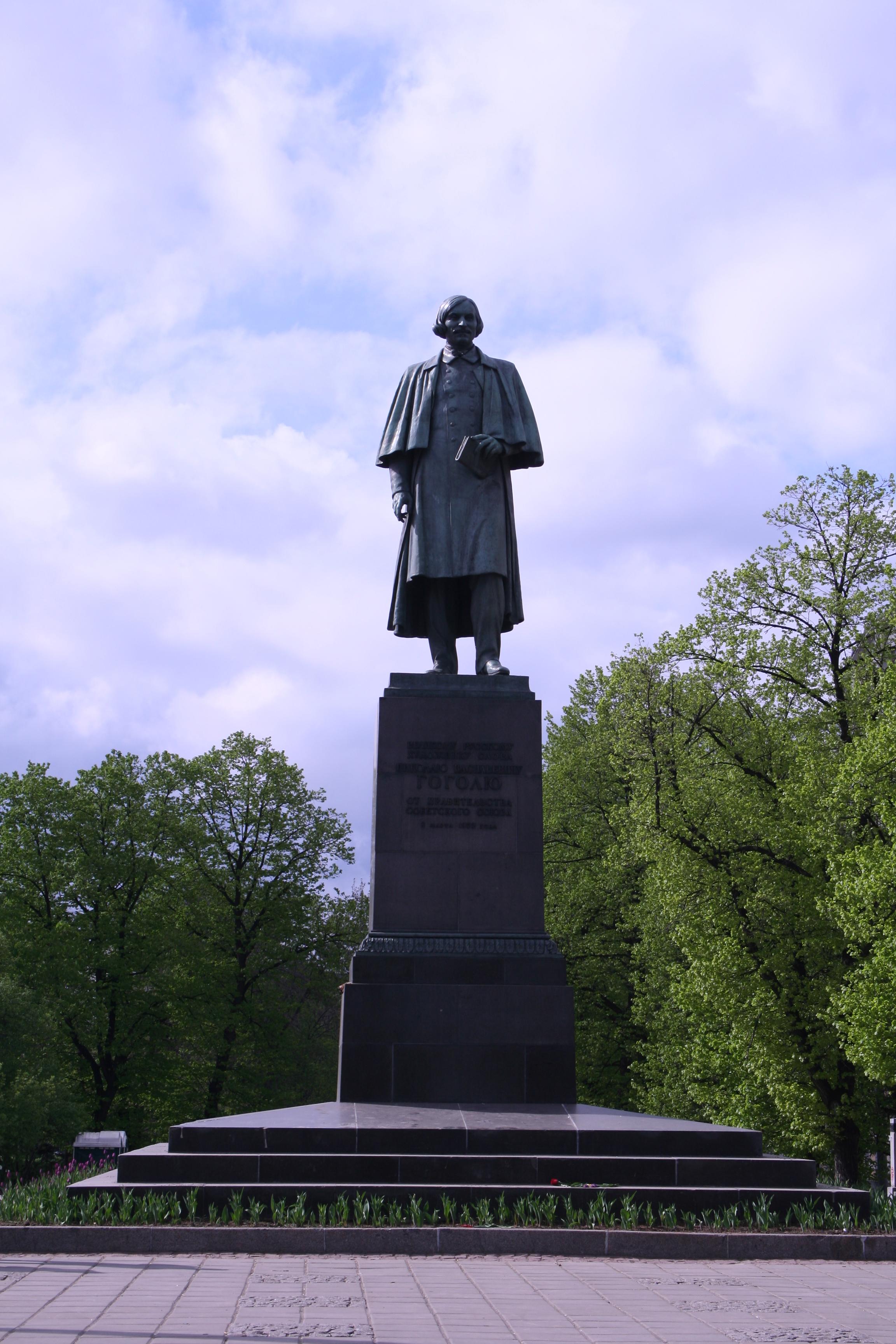 Два памятника гоголю в москве памятники в вологде адреса