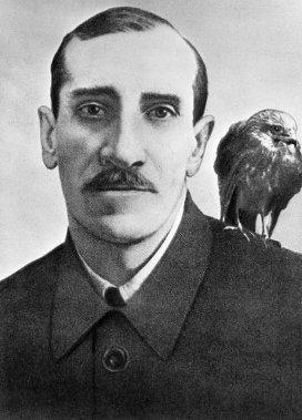 Гуль, любимый ястреб Грина, со своим хозяином (1929г.). Ему посвящён рассказ писателя «История одного ястреба».