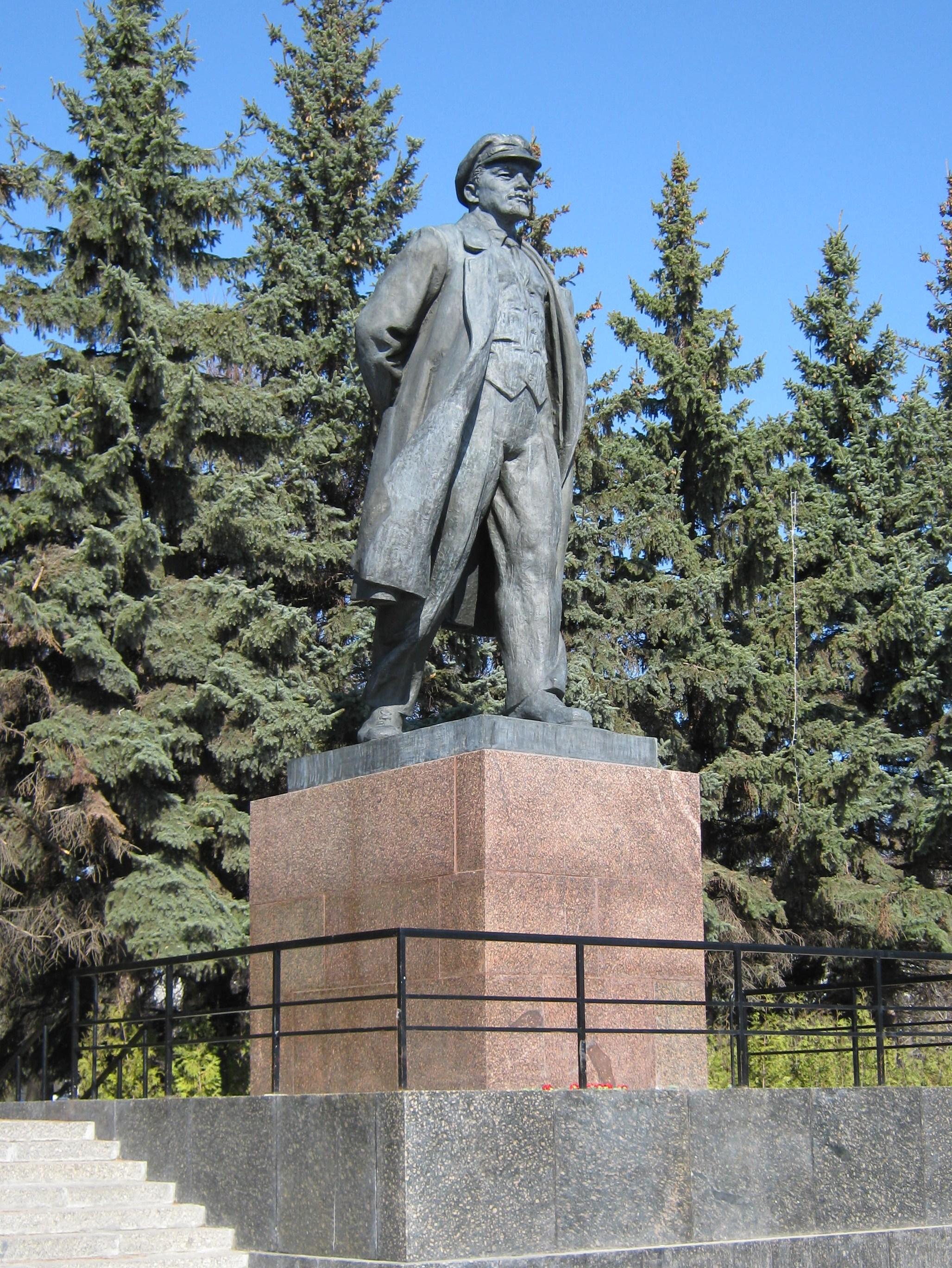 Мемориальный комплекс из двух видов гранитов Дюртюли Памятник Роза из двух видов гранита Каховская