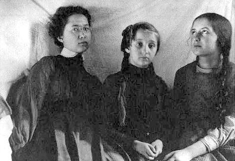 https://upload.wikimedia.org/wikipedia/ru/7/79/Suok_Sisters.jpg