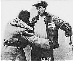 Охранник обыскивает заключённого Солженицына. Инсценировка.
