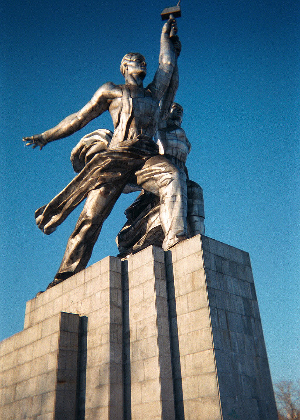 памятник с семейный Усолье
