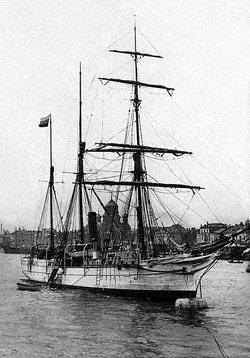 Шхуна «Святая Анна» в реке Неве, возле Благовещенского моста в Санкт-Петербурге, перед началом экспедиции Г.Л.Брусилова