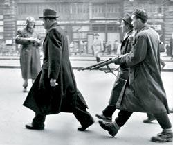 Файл:Будапешт 56. Конвоируют сотрудника венгерской ГБ.jpg