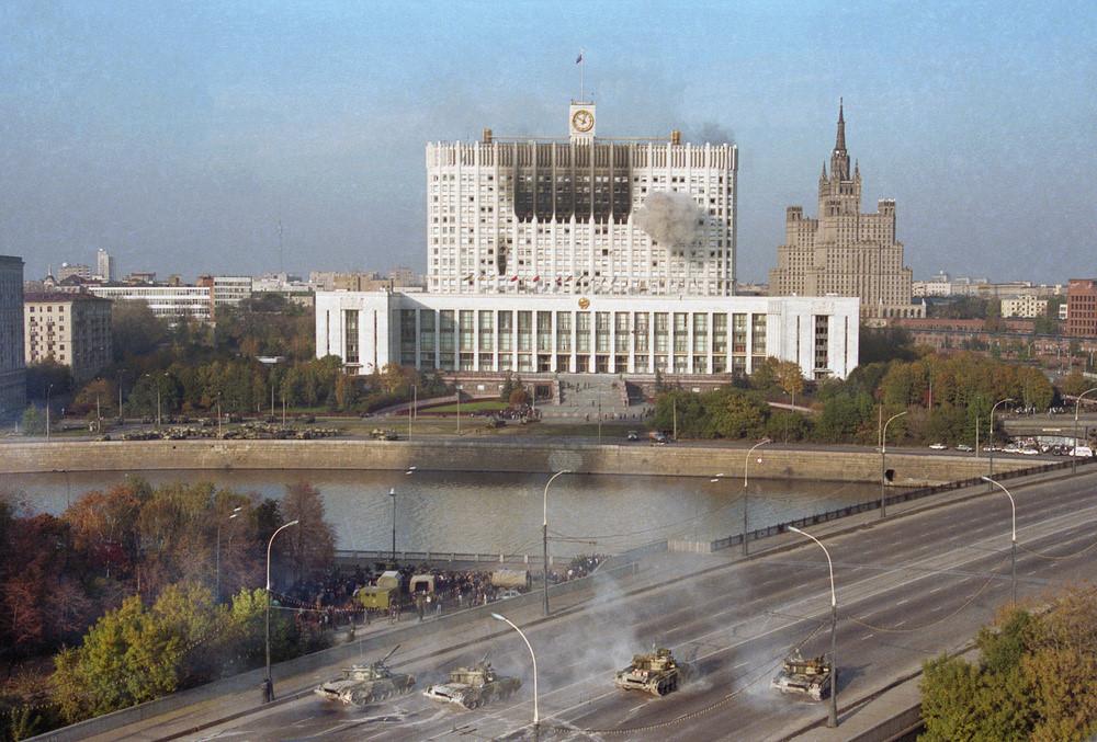 Танки Таманской дивизии стреляют по Дому Советов России 4 октября 1993 года