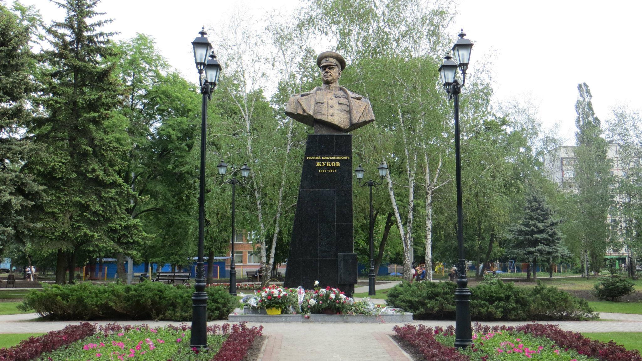 Националисты в Харькове разрушили памятник Жукову
