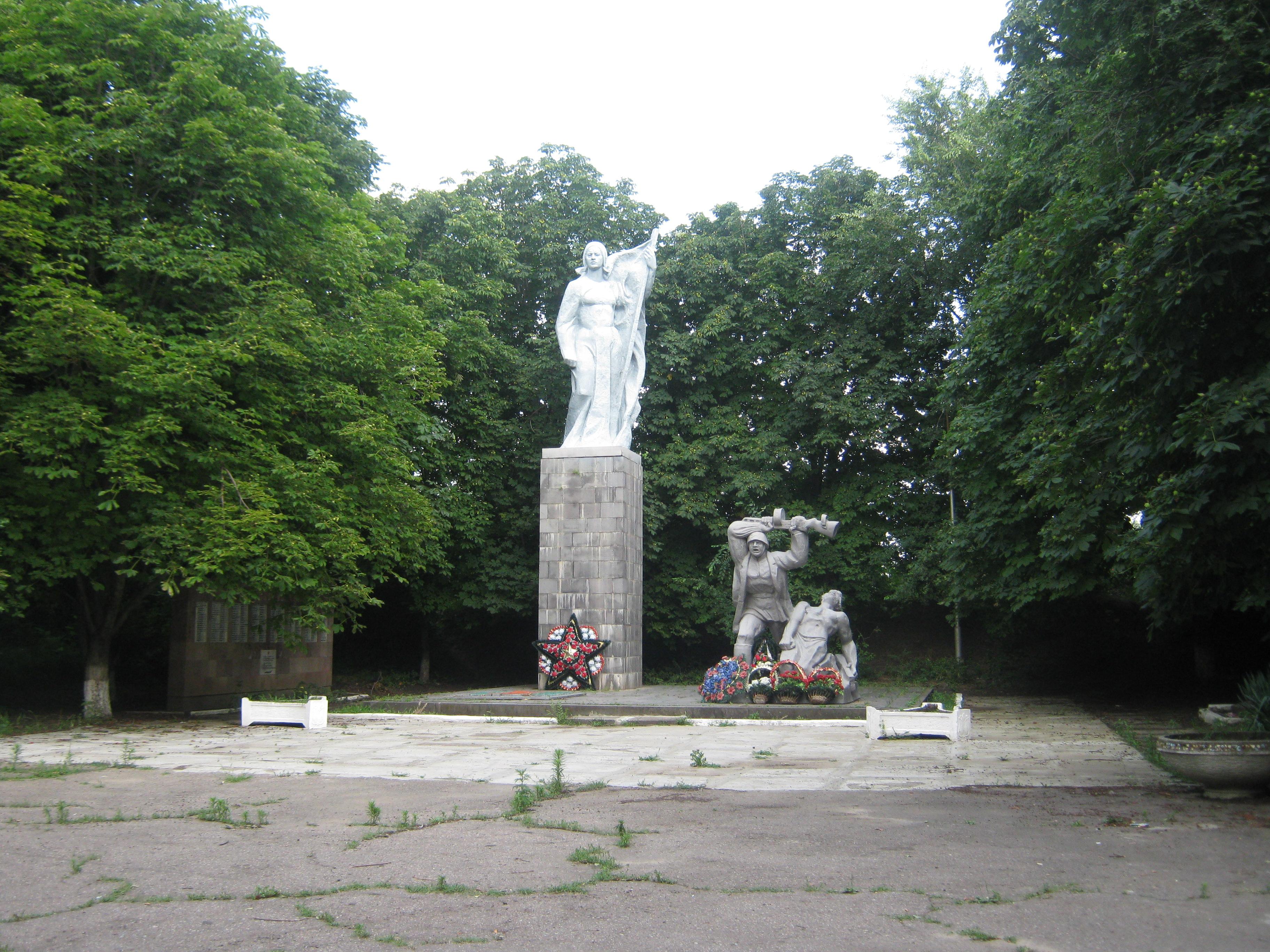 Мемориальный комплекс с крестом Светлоград Эконом памятник с резным крестиком в углу Малоярославец