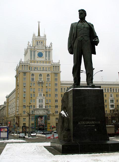 https://upload.wikimedia.org/wikipedia/ru/c/cd/Peking_moscow_chechulin_mayakovsky.jpg
