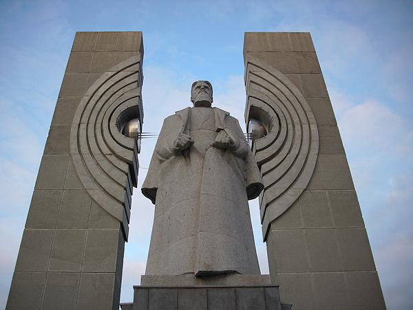 Памятник Курчатову «Расщеплённый атом» в Челябинске на площади Науки