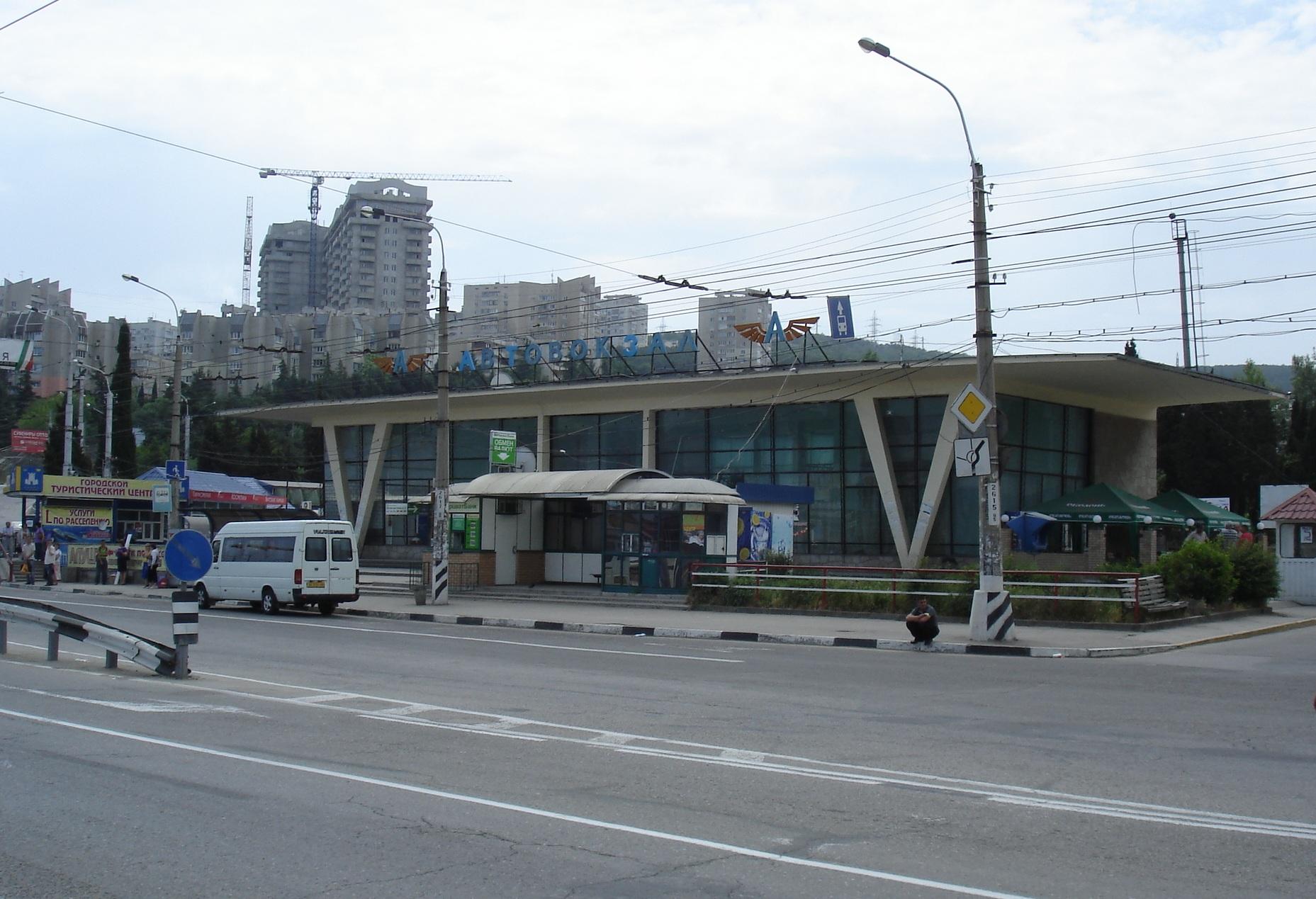 http://upload.wikimedia.org/wikipedia/ru/d/da/Алушта-Автовокзал.jpg