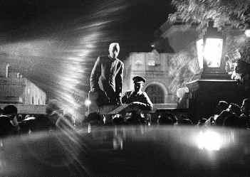 Неру объявляет о смерти Ганди. Фотограф: Анри Картье-Брессон.  (Одна из самых знаменитых фотографий 40-х годов)