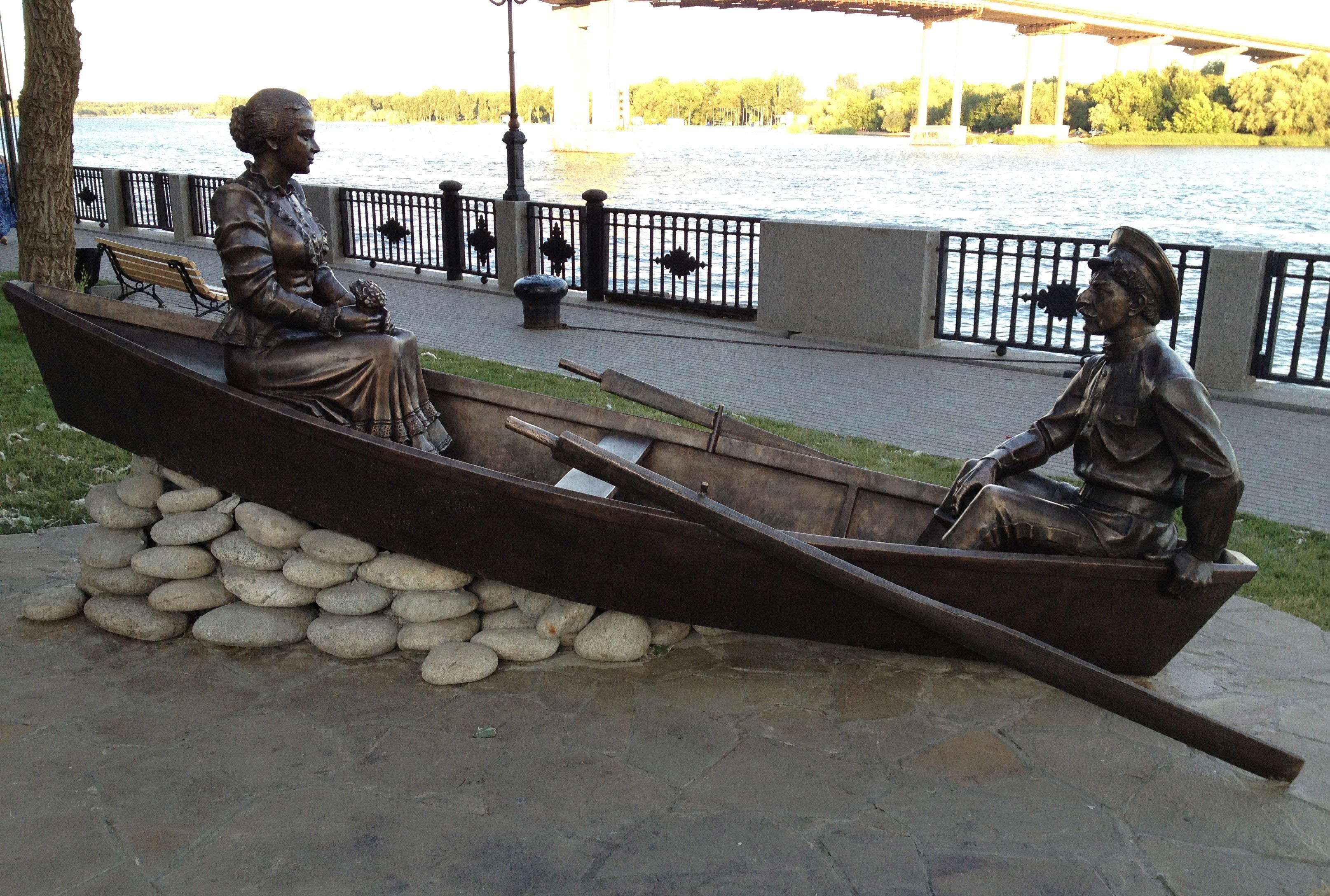 Григорий и Аксинья в лодке — памятник на Дону в центре Ростова.