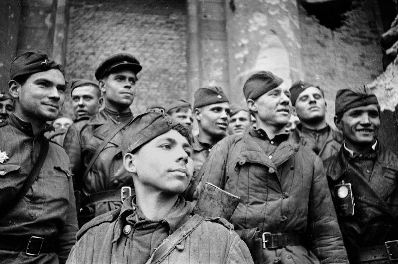 Файл:Группа пешей разведки лейтенанта Сорокина на ступенях рейхстага.jpg