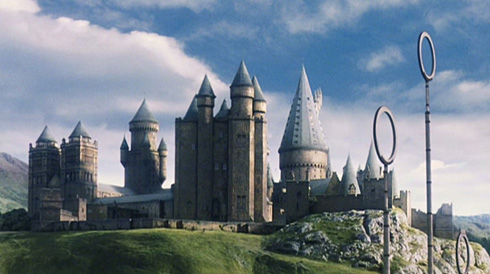 https://upload.wikimedia.org/wikipedia/ru/f/fe/Hogwarts_School_of_Witchcraft_and_Wizardry.jpg