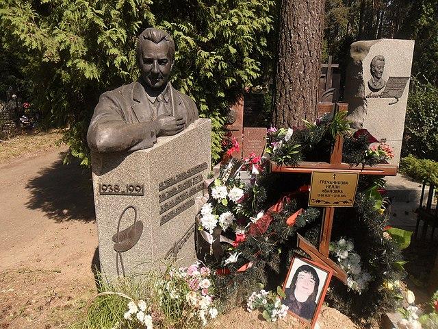 Надгробный памятник Антатолию Гречаникову на Восточном кладбище г. Минска.