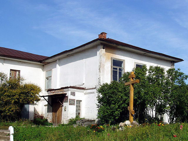 Здание бывшего Боровского уездного училища. На переднем плане памятный крест на месте разорённой могилы боярыни Морозовой. 2007 год
