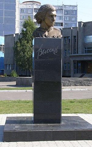 Бюст рядом с главным корпусом АлтГПА на улице Молодёжной в Барнауле