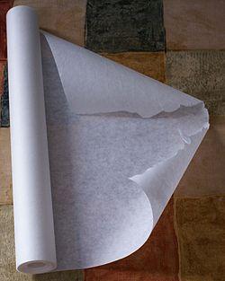 С помощью горячего клея, нанесенного на пергамент