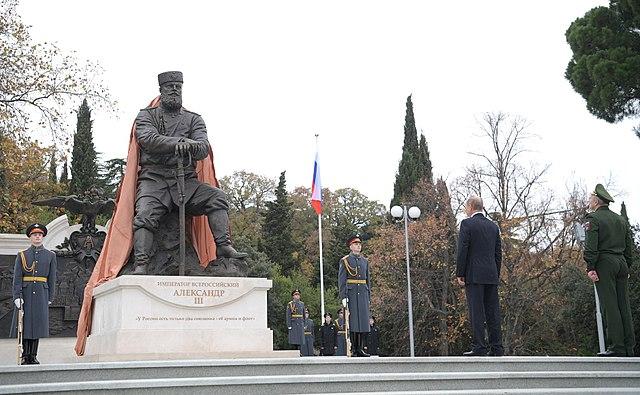 Президент России Владимир Путин на церемонии открытия памятника Александру III в 2017 году. Крым, парк Ливадийского дворца