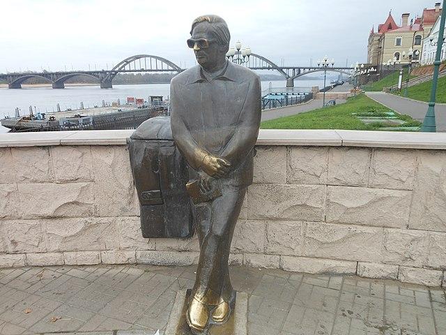Памятник Ошанину на набережной Волги в Рыбинске
