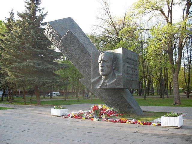 Памятник Д.М.Карбышеву в Москве, бульвар Генерала Карбышева.