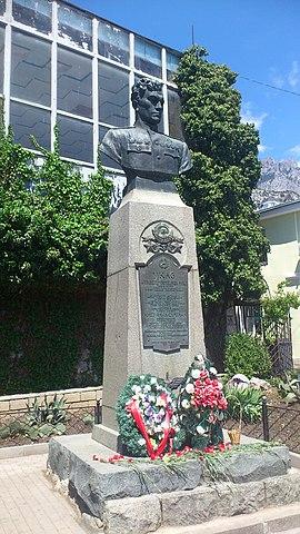 Бюст Амет-Хана Султана на улице его имени в Алупке.