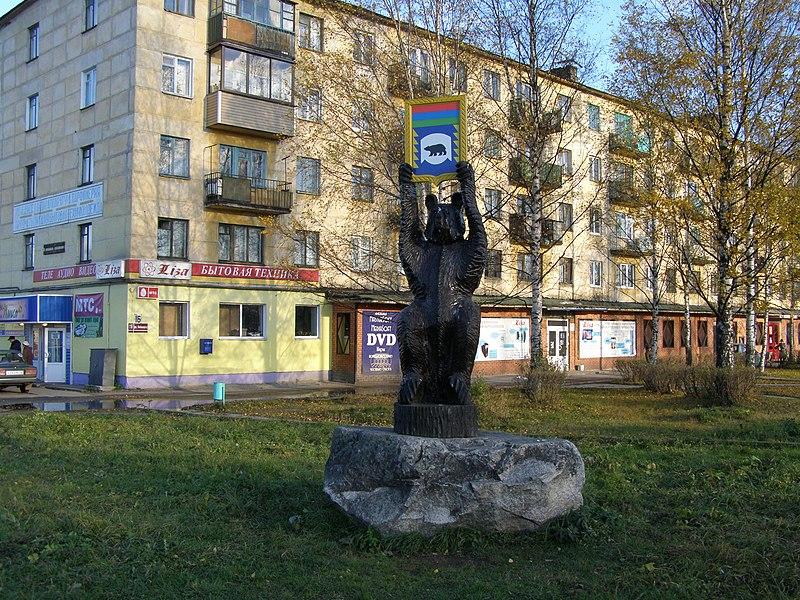 Файл:Фигура медведя с символом Медвежьегорска.JPG