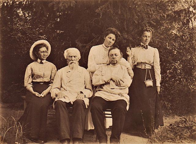 Слева на право: сестра Огарковой В. Н., Огарков В. Ф., Огарков В. В., наверху— Огаркова Е. В., Огаркова Н. В.